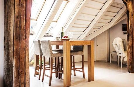 Útulný drevený nábytok so severským šmrncom
