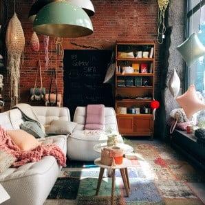 Drevený nábytok nikdy nevyjde z módy a starne s gráciou