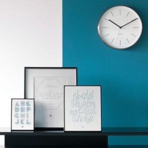 Pôvabný minimalizmus v podobe hodín, obrazov a ďalších dekorácií