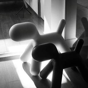 Ikonické stoličky v tvare psíkov a iné štýlové dekorácie