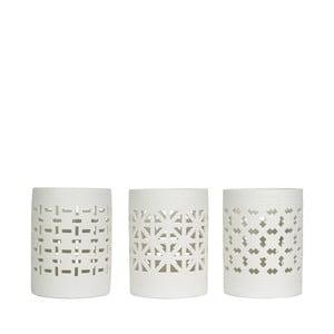 Sada troch porcelánových svietnikov svyrezávanými vzormi