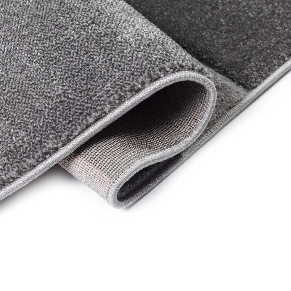 Sivo-fialový koberec Flair Rugs Nimbus Purple, 80×150 cm Trojuholníkové tvary sú späť v móde.  <b>Prečo si zaobstarať koberec:</b> Okrem tej estetickej funkcie má aj ďalšie.