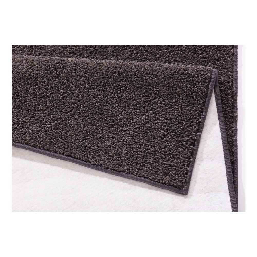 Antracitovosivý behúň Hanse Home Pure, 80 × 400 cm A čo tak koberec, ktorý vám zaistí skutočné pohodlie?  Hodí sa do spálne, do obývacej izby, a keď si postrážite stravníkov pri stole, tak pokojne aj do jedálne.  Polypropylénové koberce majú niekoľko výhod: ⦁ sú odolné voči chemikáliám ⦁ sú odolné voči vlhkosti ⦁ nežmolkujú sa  Tak už ste si vybrali?