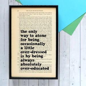Plagát v drevenom ráme Oscar Wild Overeducated