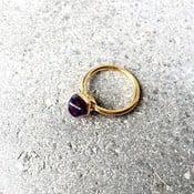 Pozlátený prsteň s fialovým ametystom Decadorn