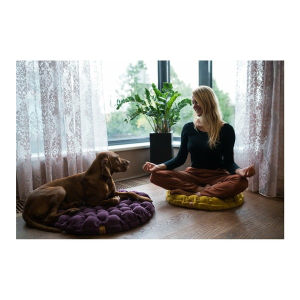 Fialový sedací vankúšik s masážnymi loptičkami Linda Vrňáková Bloom, Ø 75 cm