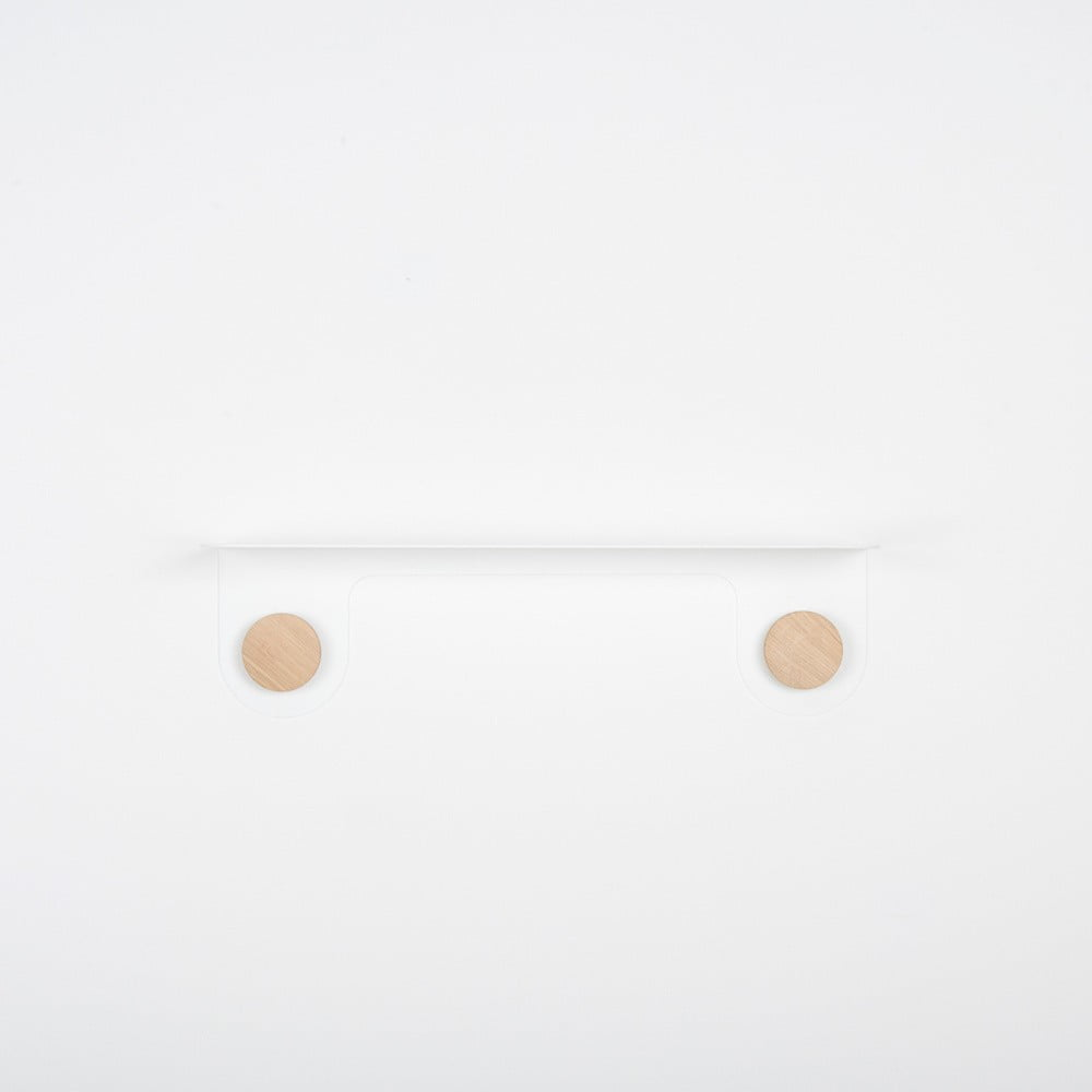 Nástenná biela polica z ocele s detailom z dubového dreva s 2 háčikmi Gazzda Hook, dĺžka 50 cm