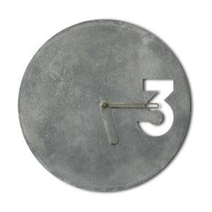 Betónové hodiny od Jakuba Velínského, ohraničené zlaté ručičky