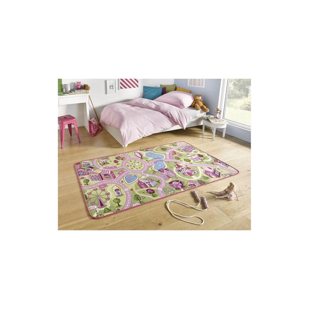 Detský koberec s ružovými detailmi Hanse Home City, 90×200 cm Vyberte všetky autíčka a rýchlo s nimi na cestu!  Koberce vyrobené z polyamidu sa môžu pochváliť skvelými termoizolačnými a akustickými vlastnosťami.