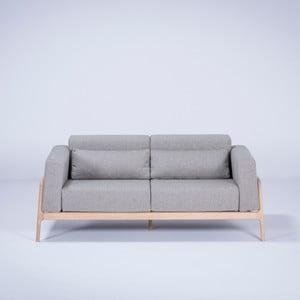 Sivá dvojmiestna pohovka s konštrukciou z masivního dubového dreva Gazzda Fawn