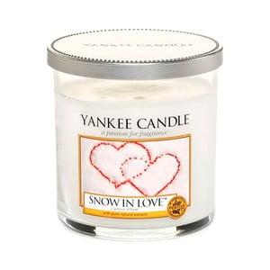 Vonná sviečka Yankee Candle Zasnežená Láskou, doba horenia 30 - 40 hodín