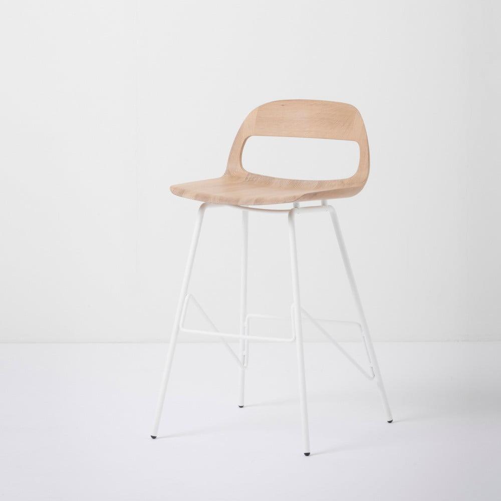 Barová stolička so sedadlom z masívneho dubového dreva a bielymi nohami Gazzda Leina, výška 84 cm