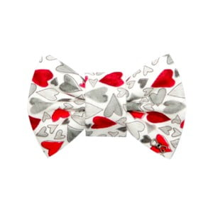 Biely charitatívny psí motýlik so sivými a červenými srdiečkami Funky Dog, veľ. M