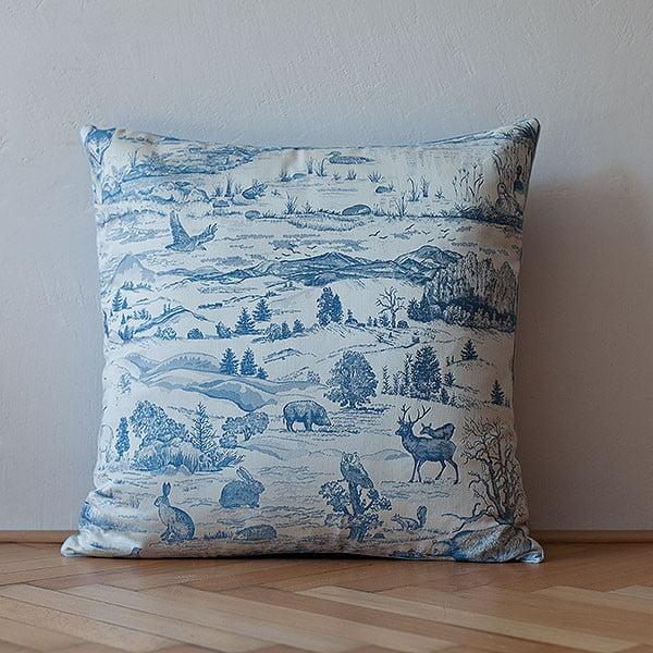 Vankúš s výplňou Light Blue Forest, 50x50 cm