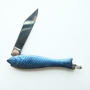 Tmavomodrý český nožík rybička v dizajne od Alexandry Dětinskej