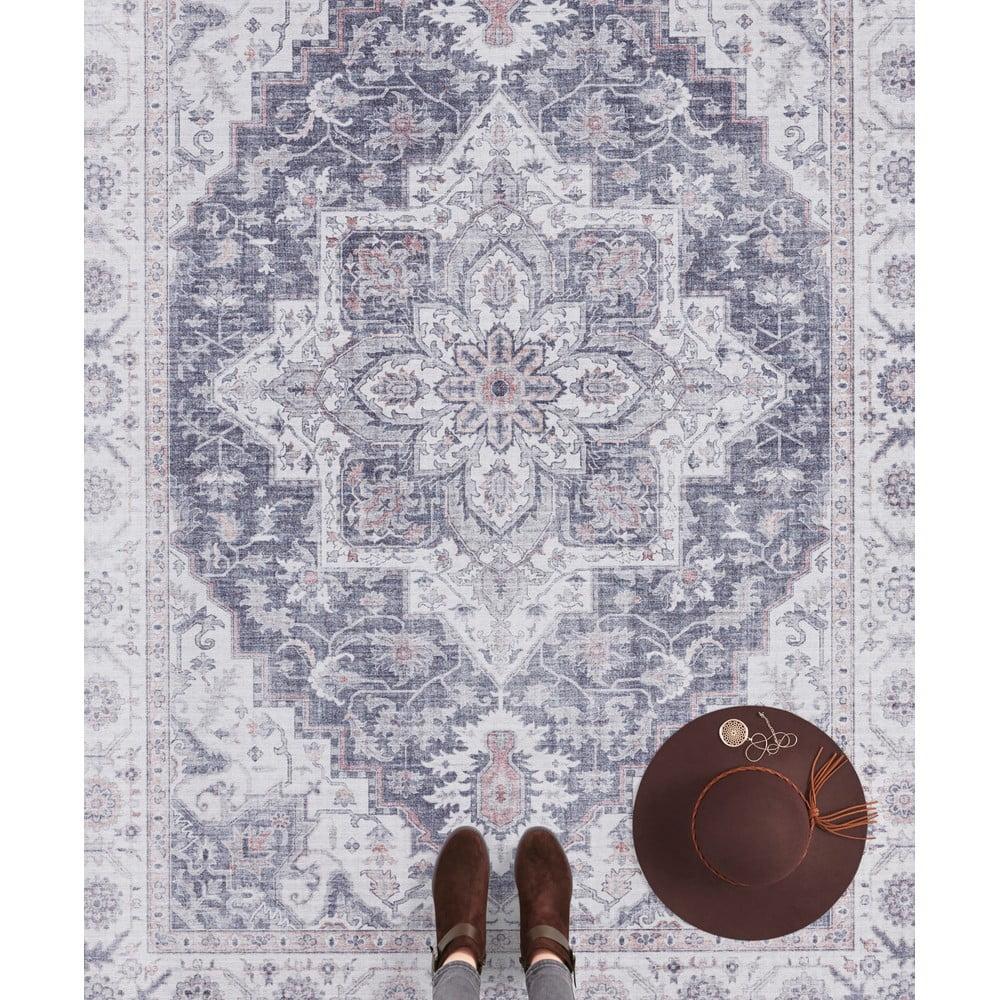 Sivo-ružový koberec Nouristan Anthea, 80 x 150 cm Vyzdobte svoje bývanie kobercom, ktorý vám bude ležať pri nohách.  K tomu vás očarí nielen svojím nezameniteľným estetickým spracovaním, ale aj svojou <b>vysokou odolnosťou</b> a vďaka kratšiemu vlasu i <b>veľmi ľahkou údržbou</b>.  Značka Nouristan očarí rozmanitým repertoárom, v ktorom si môžete vybrať z najrôznejších rozmerov, farieb a motívov.