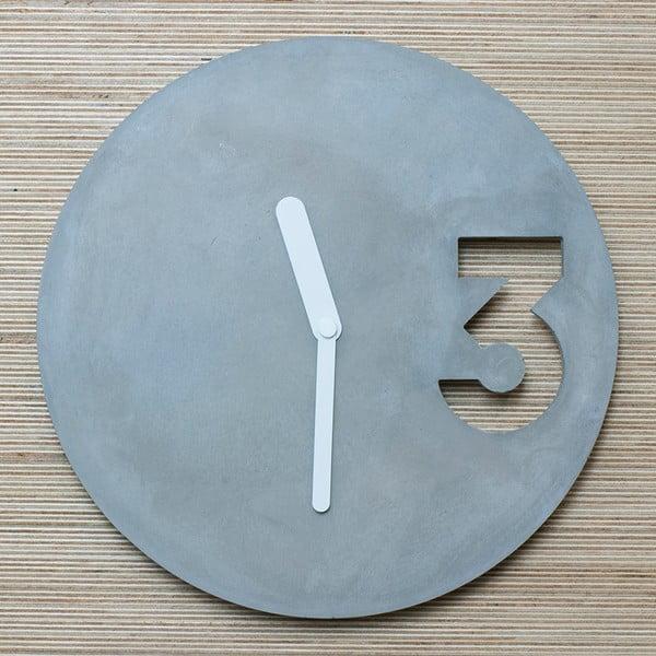 Betónové hodiny od Jakuba Velínského, plné biele ručičky