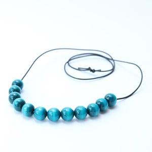 Tyrkysovomodrý drevený dlhý náhrdelník Ko-ra-le Long