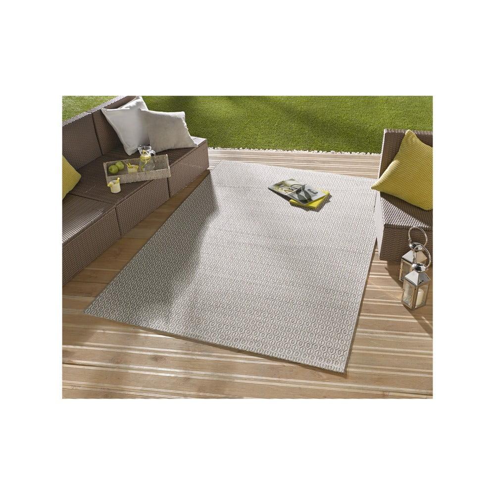 Béžový vonkajší koberec Bougari Coin, 80 x 150 cm Je to elegán, za ktorého peknou tváričkou ale stojí pekne odolný charakter.  Tento štýlový a šik koberec od značky <b>Bougari</b> je totiž vyrobený z polypropylénu, ktorý má schopnosť <b>odolávať vode, nečistote a vyblednutiu</b>.