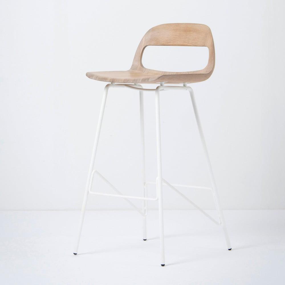 Barová stolička so sedadlom z masívneho dubového dreva a bielymi nohami Gazzda Leina, výška 94 cm