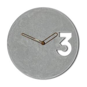 Betónové hodiny s ohraničenými ručičkami medenej farby od Jakuba Velínskeho