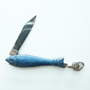 Modrý český nožík rybička s modrými kryštálmi a karabínkou