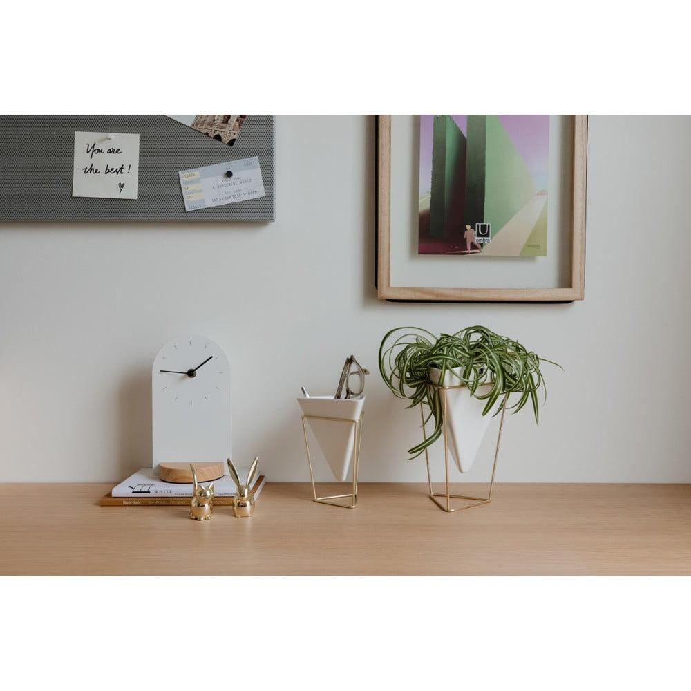 Sada 2 bielych keramických kvetináčov s konštrukciou v zlatej farbe Umbra Trigg Milujete rozmanité sukulenty, exotickú orchideu a svieže rastliny?