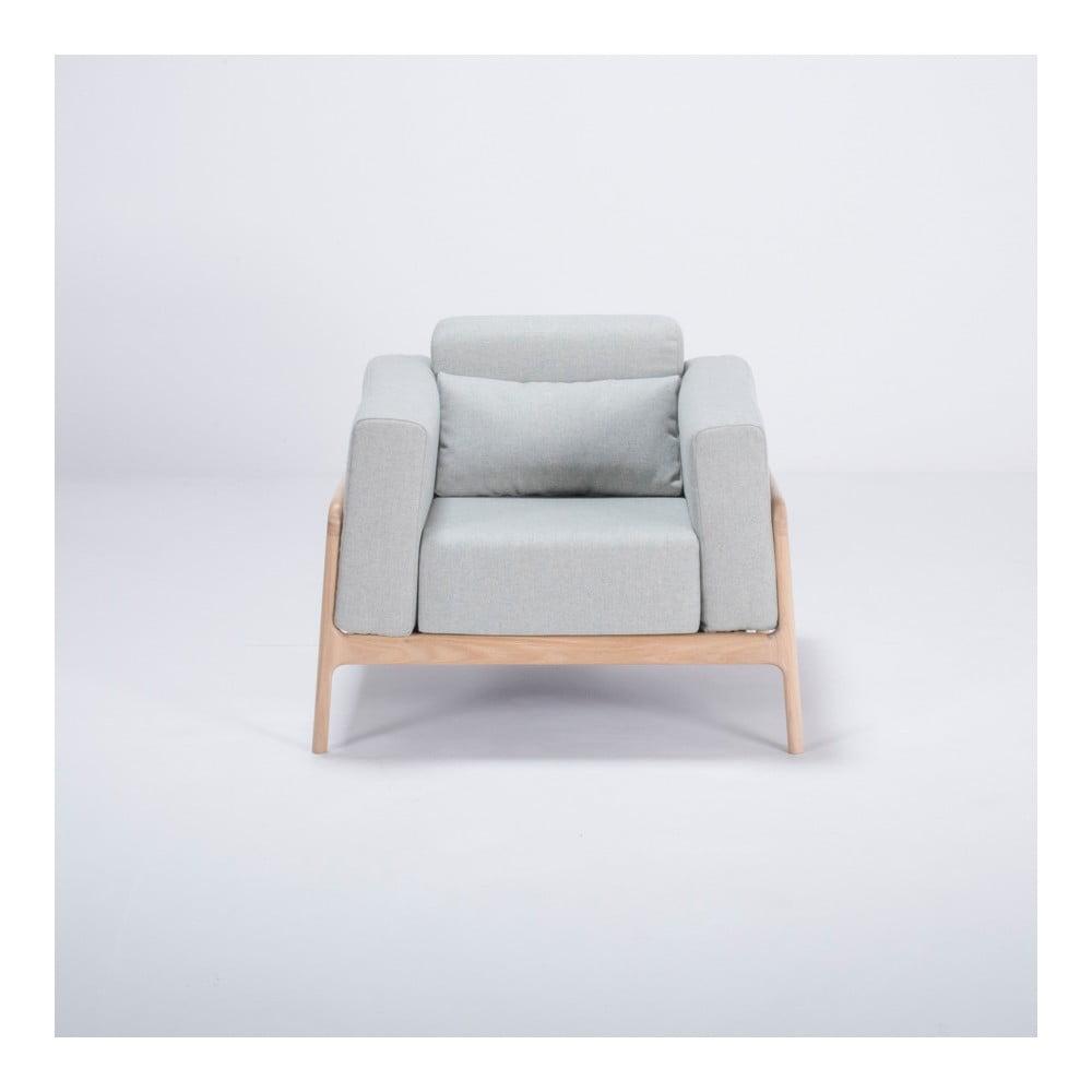 Kreslo s konštrukciou z dubového dreva s modrosivým textilným sedadlom Gazzda Fawn