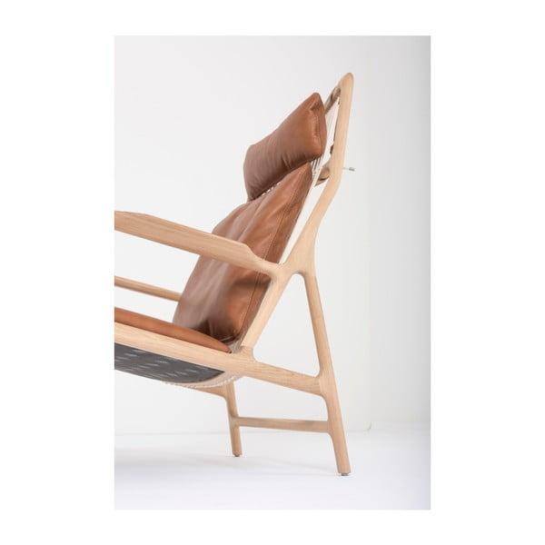 Kreslo s konštrukciou z masívneho dubového dreva a koňakovohnedým koženým sedadlom Gazzda Dedo