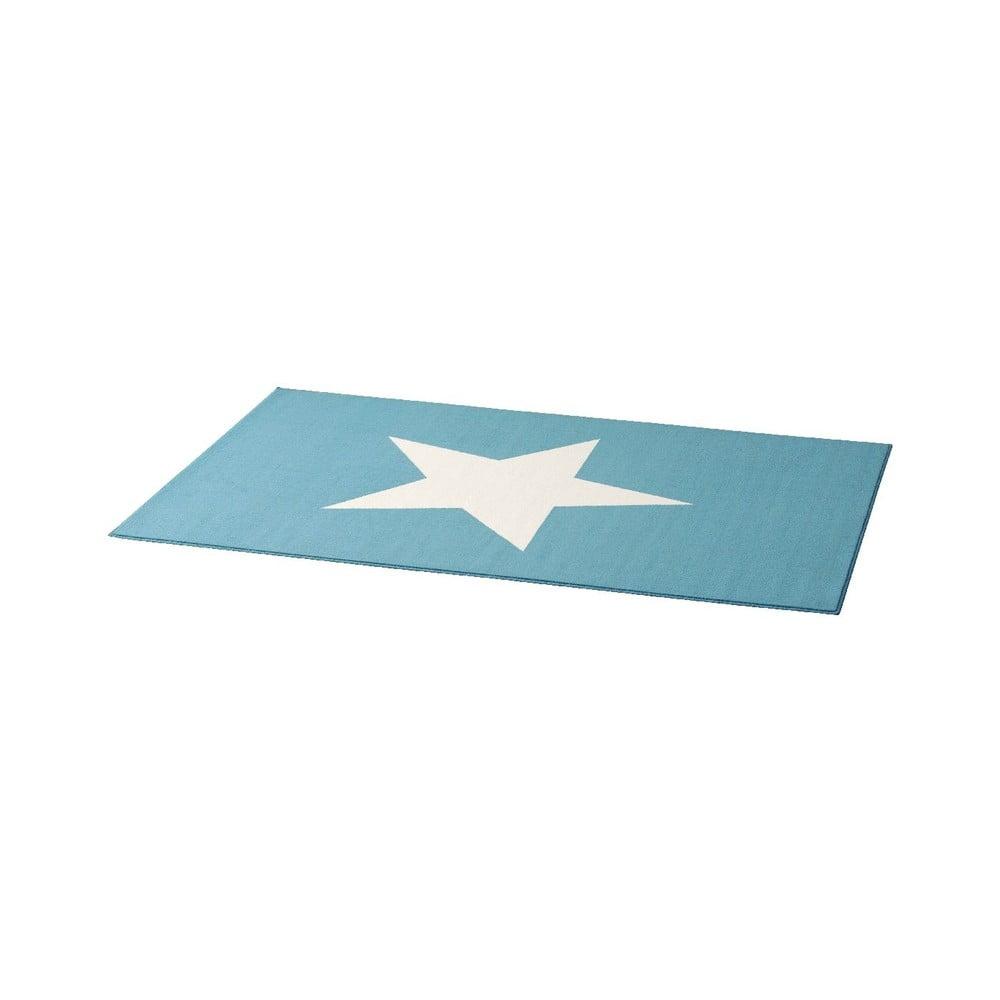 Detský svetlomodrý koberec Hanse Home Star, 140×200 cm City & Mix, to je koberec, ktorý vás dostane svojou hebkosťou a farbami.  Polypropylénové koberce sa vyznačujú odolnosťou voči chemikáliám a žmolkom.