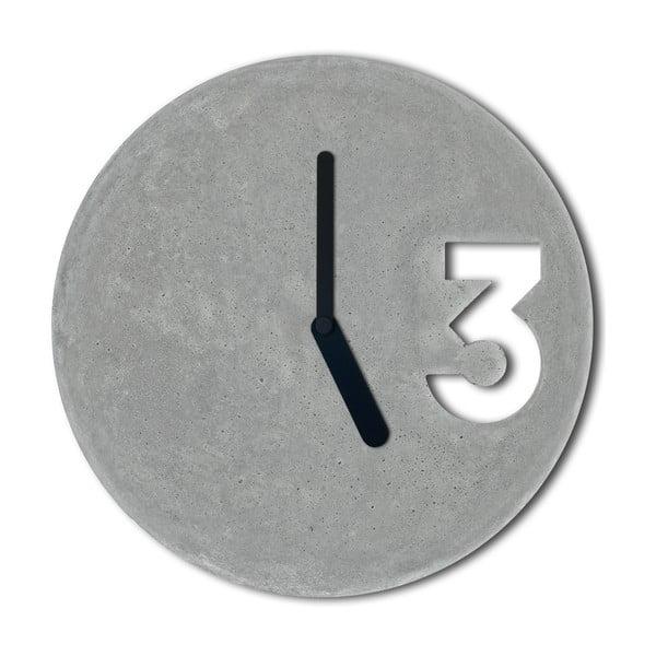 Betónové hodiny od Jakuba Velínského, plné čierne ručičky
